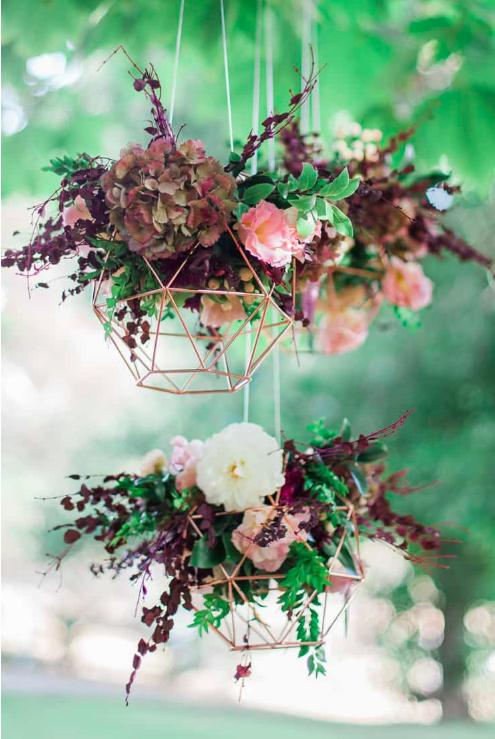 Décoration suspensions florales géométriques couleur bordeaux