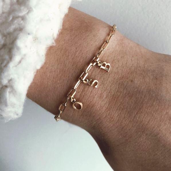 Bracelet chaîne avec charms avec lettres. Marque Jolie demoiselle