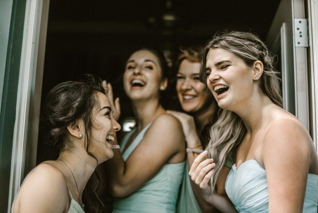 Invitées à un mariage rient