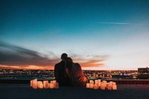 Couple regarde le coucher de soleil