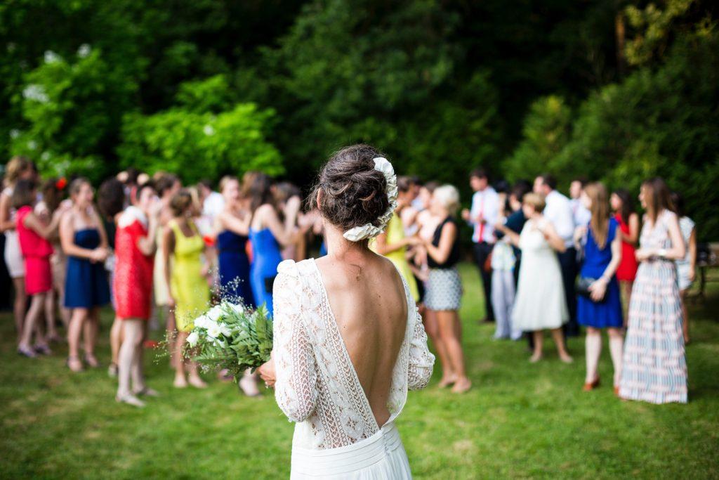 Mariée lancé de bouquet