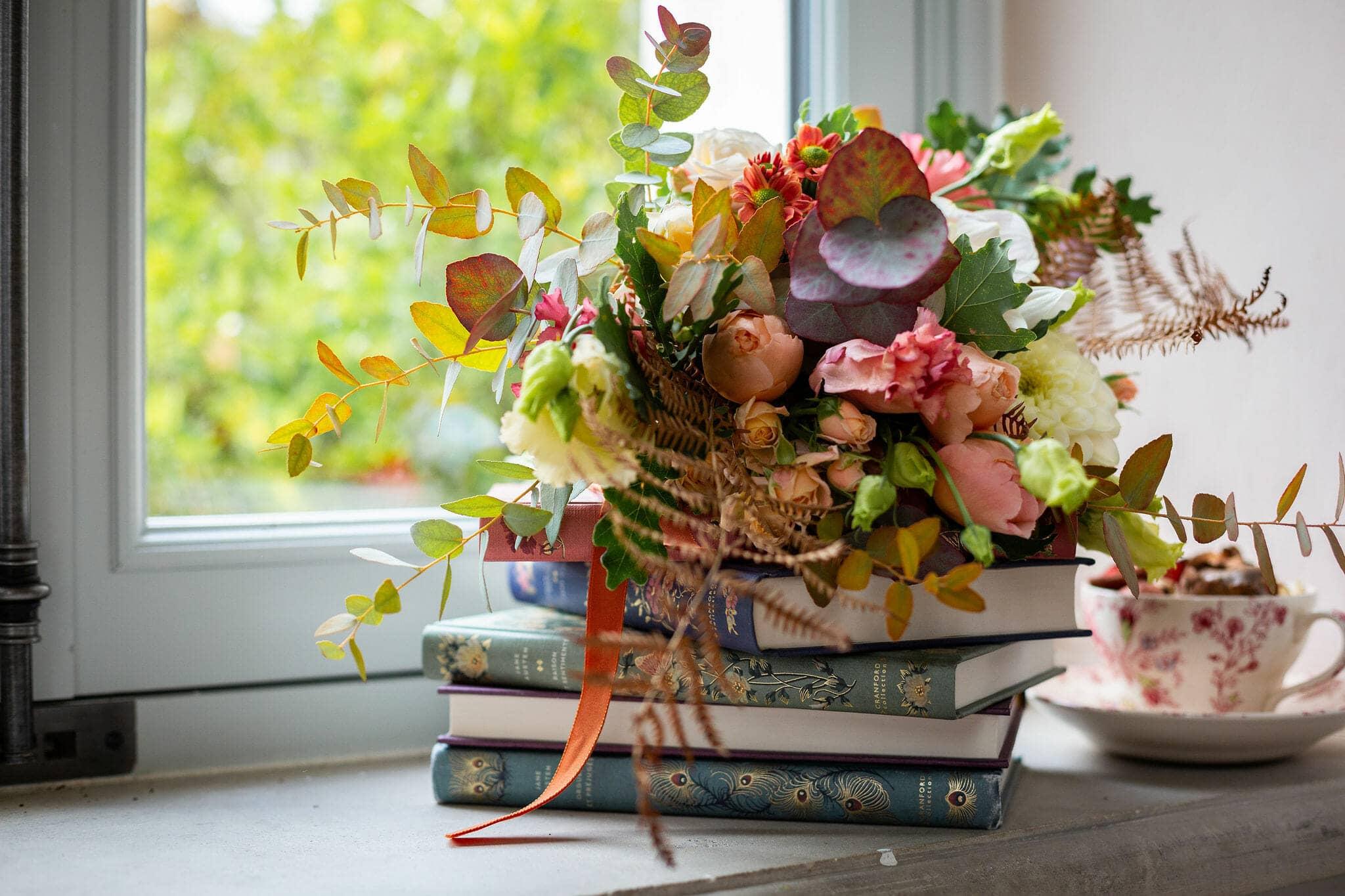 Livres et bouquet de fleurs