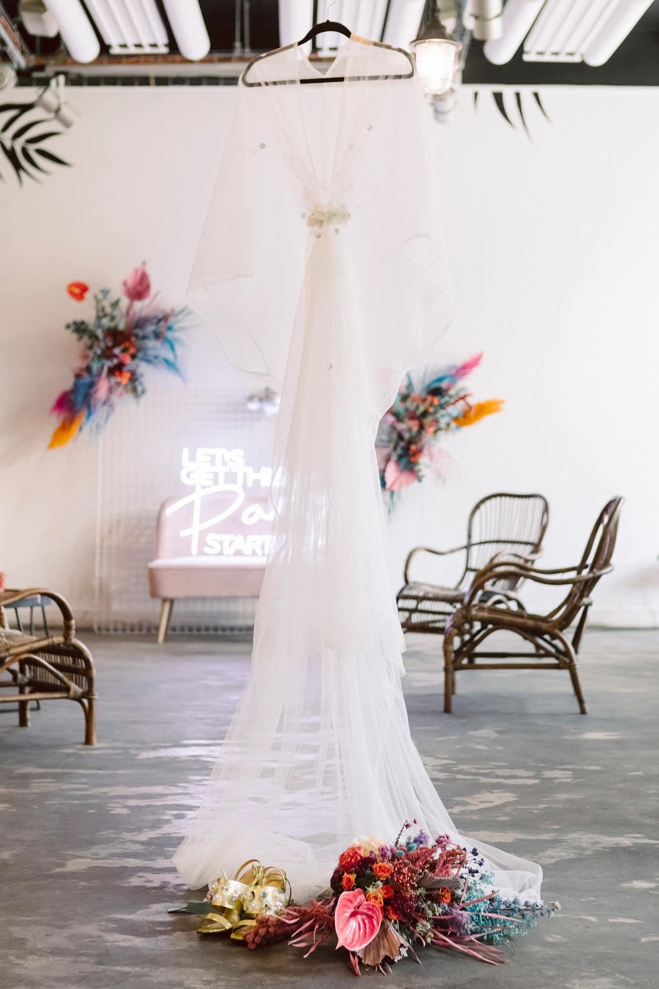 Néon et robe de mariée