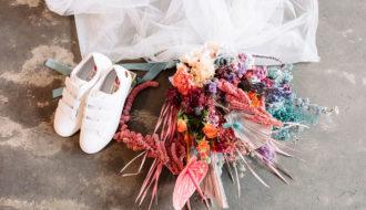 Bouquet de fleurs et baskets colorés