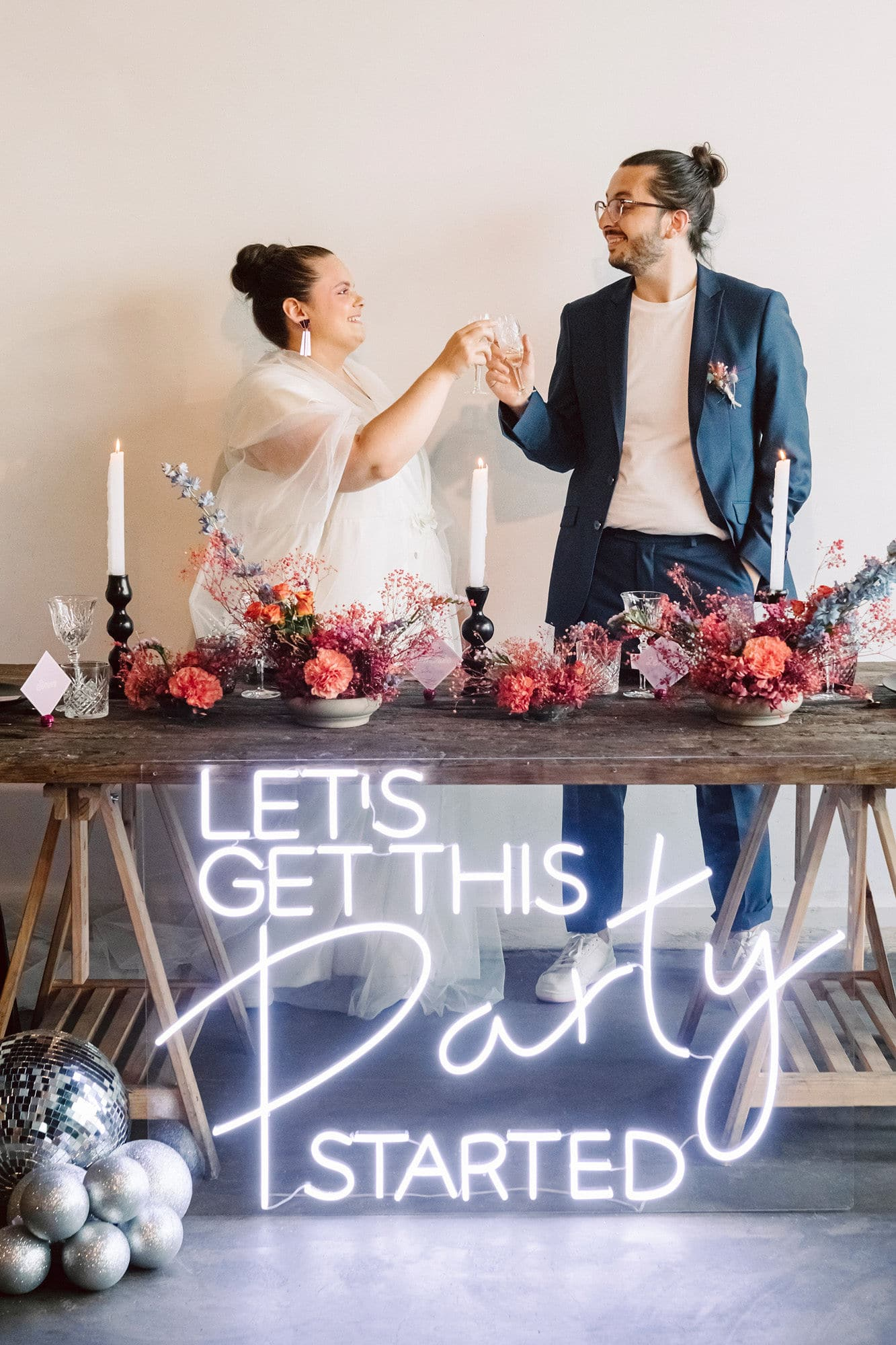 Table et néon bohème mariage