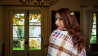 Mariée d'automne avec un plaid