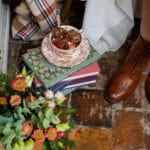 Livres, tasse et fleurs en automne